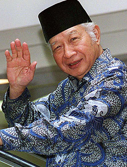 1998-...-Former-Indonesian-President-Suharto-waves-t-5861625