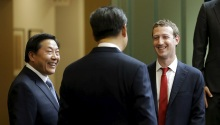 Chinese President Xi Jinping (C) talks with Facebook Chief Executive Mark Zuckerberg (R) as China's top Internet regulator Lu Wei (L) looks on, during a gathering of CEOs and other executives at Microsoft's main campus in Redmond, Washington September 23, 2015. REUTERS/Ted S. Warren/Pool